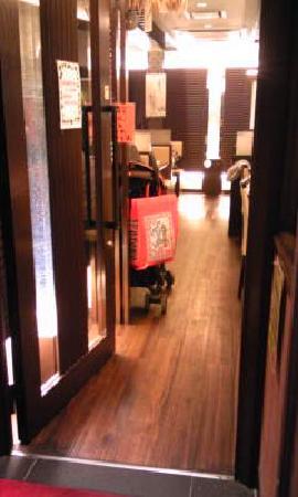 Momiji: 11.10.02【お好み焼きもみじ】店内の雰囲気