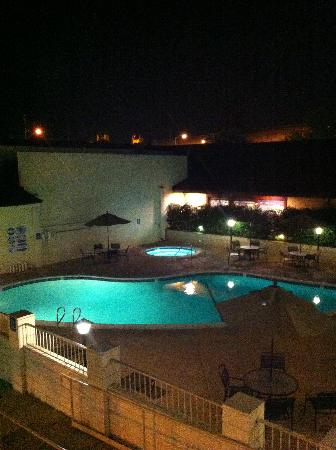 Vagabond Inn Executive Sacramento Old Town: Pool and hot tub from the 3rd floor at night.