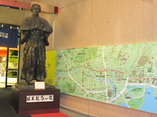The Museum of Nagasaki Ryoma Path : まちなか龍馬館前の龍馬像