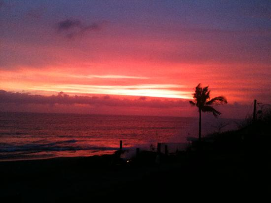 Pantai Indah Villas Bali: Sunset at the beach