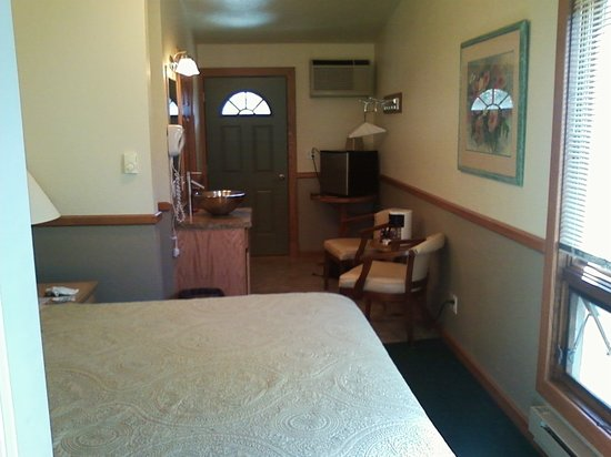 Fish Creek Motel & Cottages: View of room from the front door