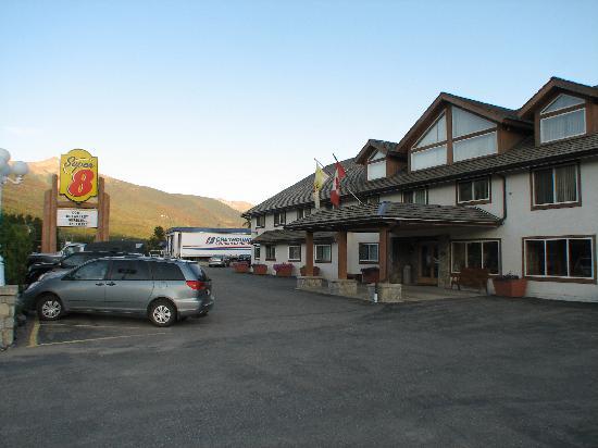 Super 8 Valemount : Super 8 parking lot