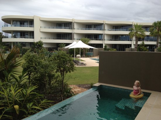 Colliers International Casuarina Beach : view of the plunge pool and communal area