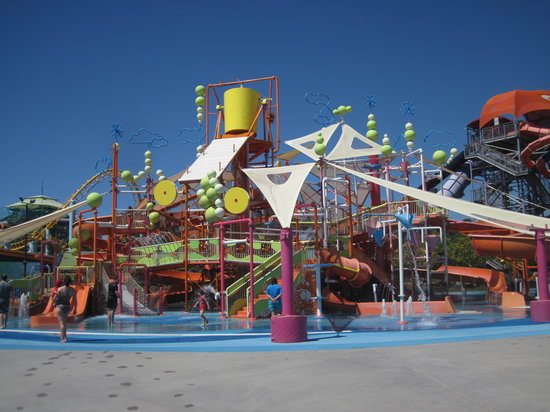 Coomera, ออสเตรเลีย: My friends and I are over 20 but it was fun splashing in the kiddy area still. Forever young at