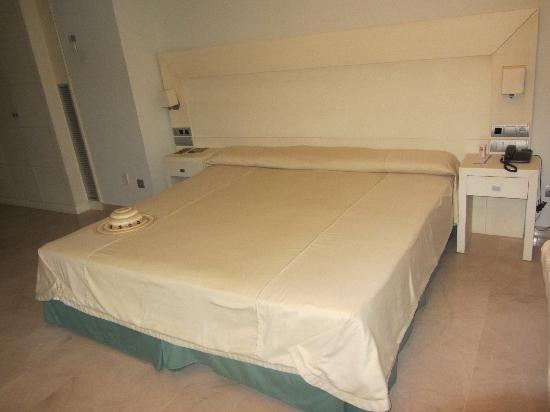 Hotel Puerto Juan Montiel, Spa & Base Náutica: La gran cama.