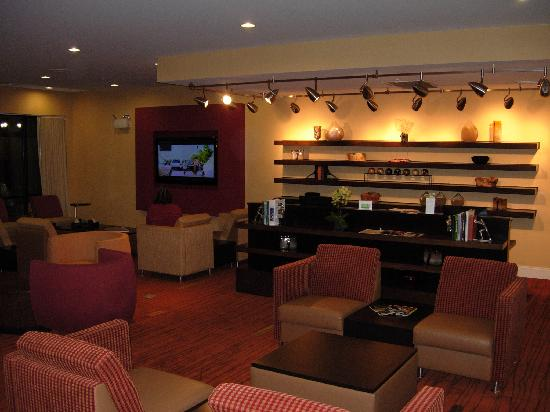 Courtyard Statesville Mooresville/Lake Norman: Large lobby with leisure area