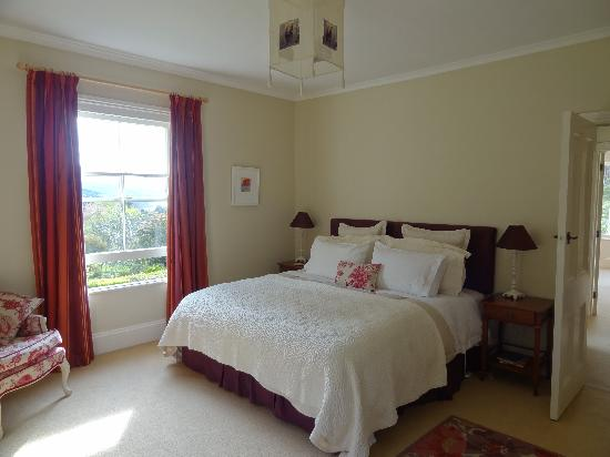 Coombe Farm Bed and Breakfast: Bedroom with king-sized bed