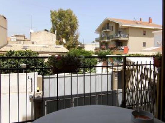 Balkon direkt über Garagenausfahrt - Picture of B&B La Terrazza sul ...