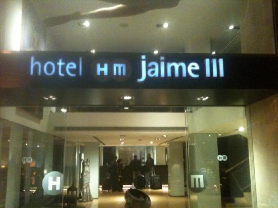 โรงแรมเอชเอ็มไจเม 3: Front of hotel.