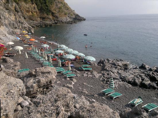 B&B Tenuta Palmieri: beautiful black volcanic sand beach along the pathway