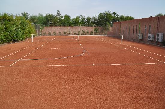 Terrain de tennis en terre battue - Picture of Dar Sabra Hotel ...