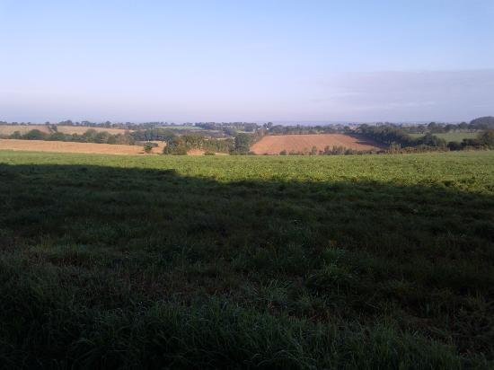 Ti ar Rederien : Surrounding pastoral countryside...