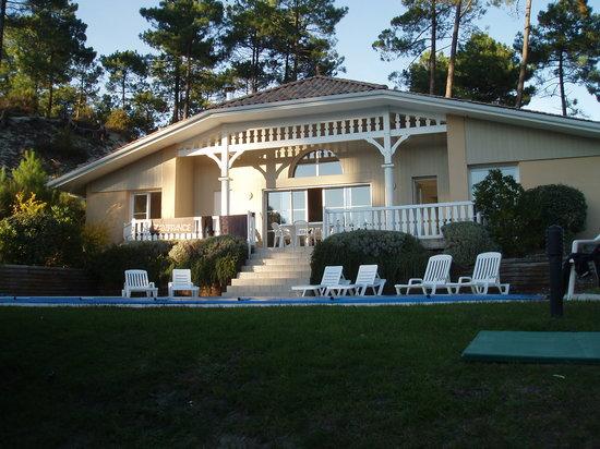 Lacanau-Océan, Francia: Vue de la façade avec terrasse donnant sur la piscine en contrebas