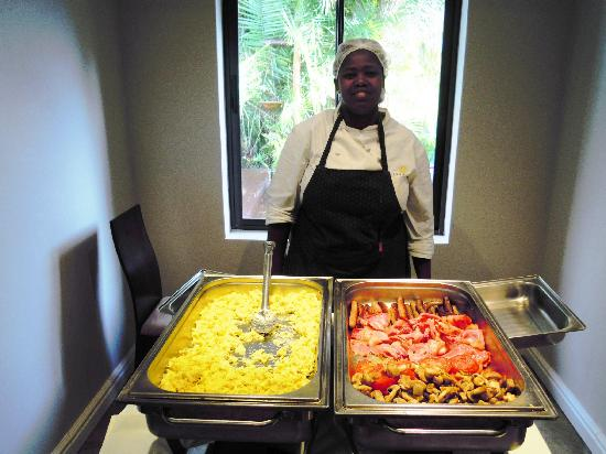 Ibhayi Town Lodge: nice staff member at breakfast !!!