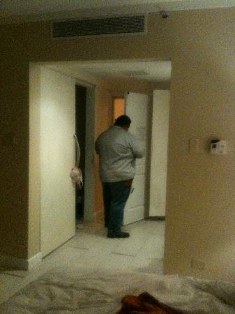 El San Juan Resort & Casino, A Hilton Hotel: 10pm - worker trying to fix our door