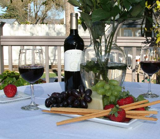 Arbor Guest House: Wine and Appetizers