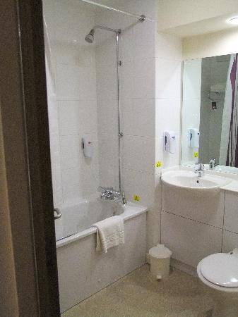 Premier Inn Hinkley: The bathroom