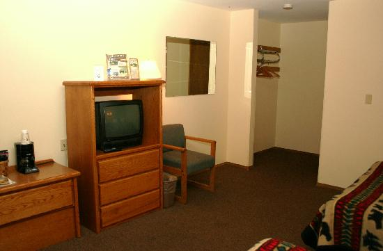 West Yellowstone's City Center Motel: TV area of Double Bed Room