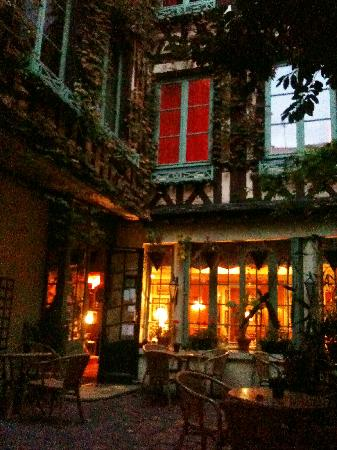 Le Vieux Carre: The hotel at night.