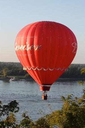 Bisland House Bed and Breakfast: Balloon over the Mighty Mississippi
