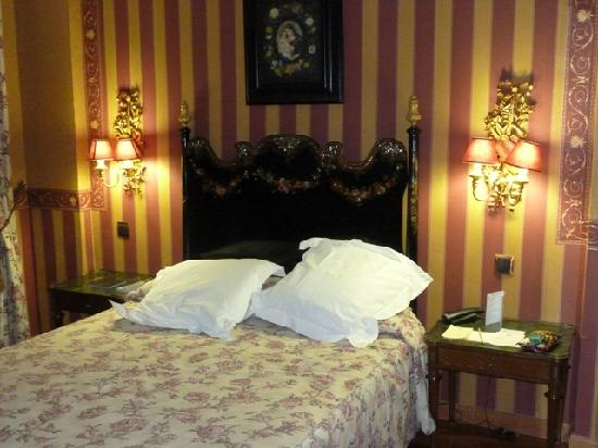 Hotel La Llave de la Juderia: One of the kitsch rooms, a bit over the top