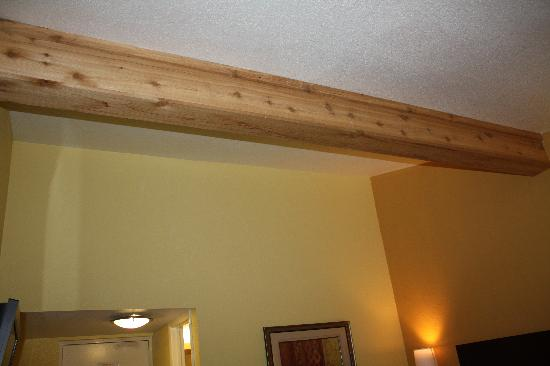 Days Inn & Suites by Wyndham Downtown Gatlinburg Parkway: Wooden beam