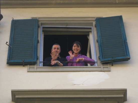 B & B Novecento: Owner and girlfriend at the window to waive goodbye.
