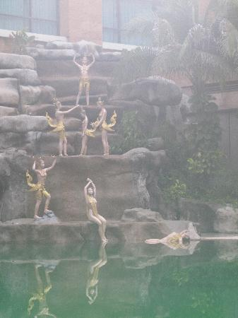 Iyara Lake Hotel & Resort: The swimming pool artwork