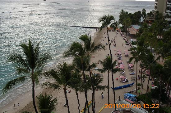 Outrigger Waikiki Beach Resort: early morning  beach from our lani