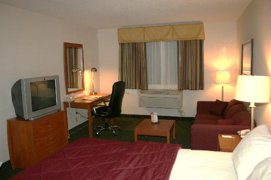 Quality Inn Denver Westminster: TV & Desk area