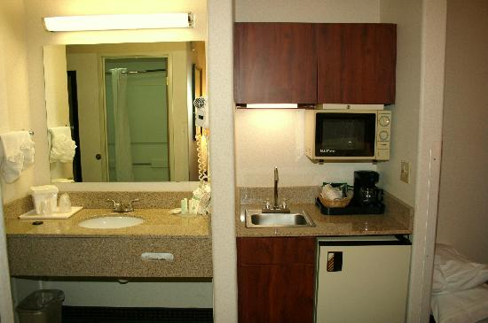 Quality Inn Denver Westminster: Sink / Microwave area