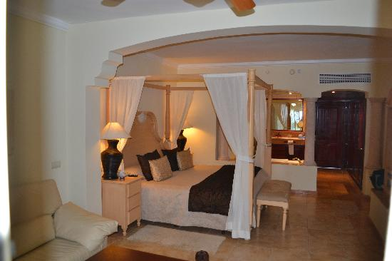 Majestic Colonial Punta Cana: room with king bed and jacuzzi tub
