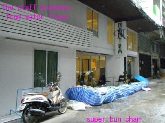 Nantra De Comfort: スタッフが、ホテルを洪水から守る姿勢
