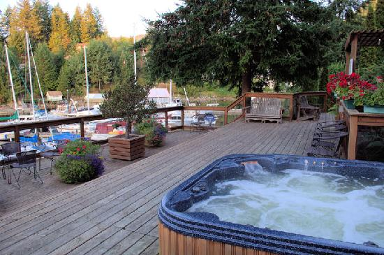 Sunshine Coast Resort Hotel & Marina: Jacuzzi patio area