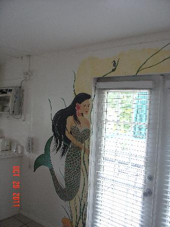 Cedar Cove Resort & Cottages: Pretty mural - we were in the Mermaid Suite.