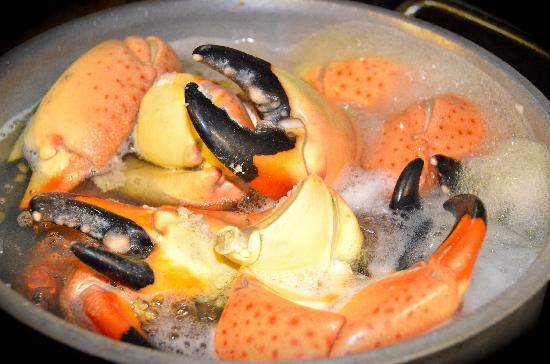 Barracuda Grill : stone crabs on the boil