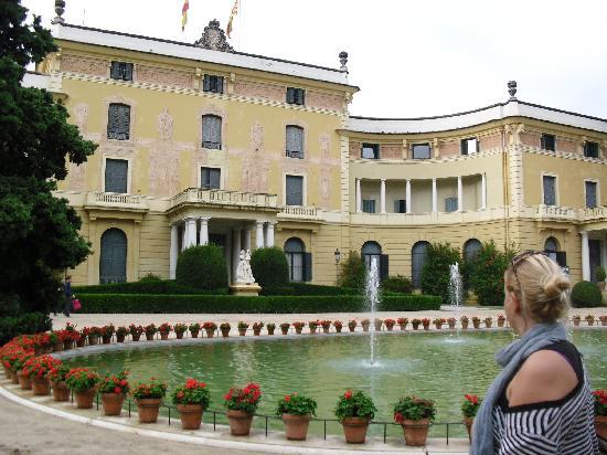 Museum of Textiles and Fashion (Museu Textil i d'Indumentària) : museo en el Edificio en el jardín de pedralbes