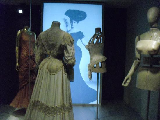 Museum of Textiles and Fashion (Museu Textil i d'Indumentària) : vestido antiguo