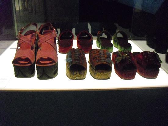 Museum of Textiles and Fashion (Museu Textil i d'Indumentària) : zapatos de la exposición.