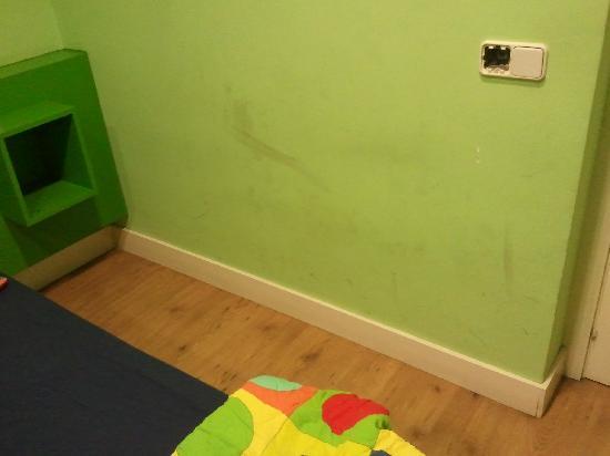 Hostel Colors Host: pared de la habitacion...añadido a las sabanas ..