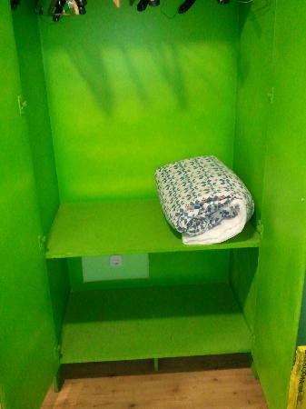 Hostel Colors Host: no se aprecia pero en ese armario YO NO PONGO MI ROPA.(los pelos del edredon tampoco se aprecian
