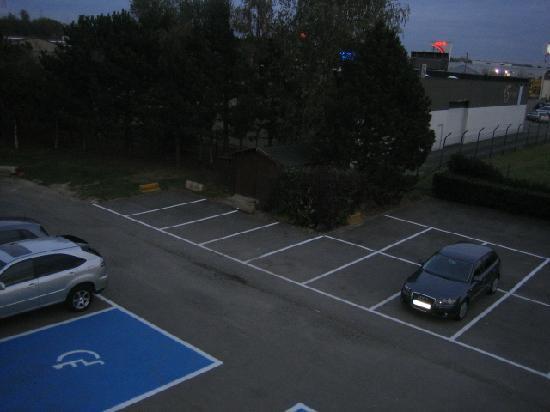 Premiere Classe Hotel Liege : Parking lot