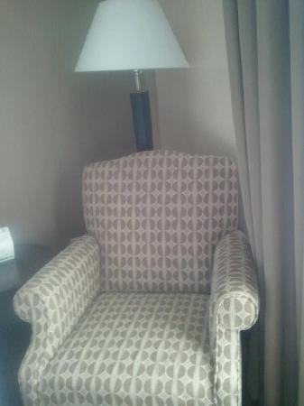 Holiday Inn Aurora North- Naperville: Chair next to beds