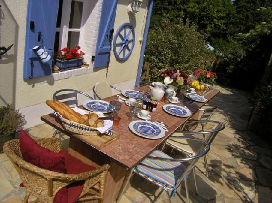 Noellet, France : Breakfast on the Terrace