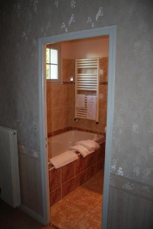 Hotel le Castel : large bathroom with tub