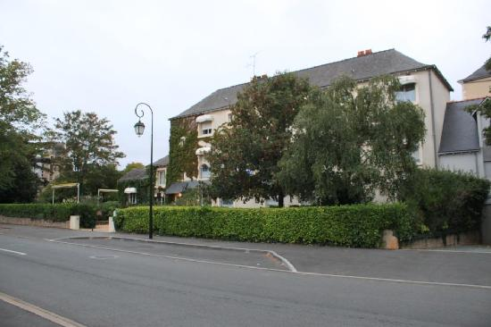 Hotel le Castel : Brissac castle is just behind trees at left