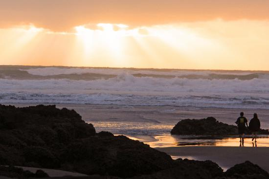 Piha Beach: Sunset over the beach