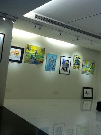 Hotel 73: Art gallery at the lobby