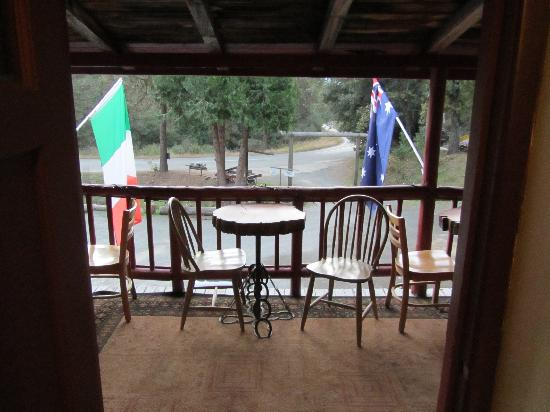 Cyndi's Snowline Lodge: You have to see it to believe it
