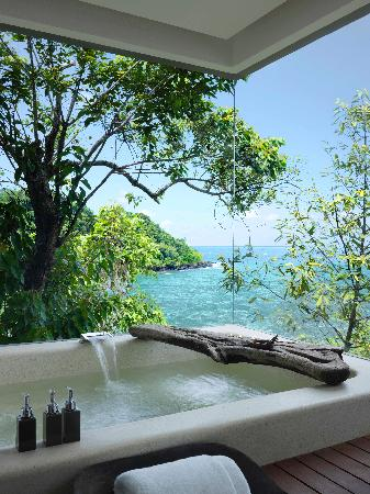 Song Saa Private Island: The sun and sea accompanies you even from your bathtub.